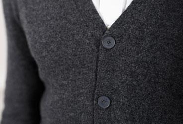 1a66c472a5333 ... ce gilet homme vous offrira un look élégant et moderne. La patte de  boutonnage est fine et ornée de boutons plats, pour conserver un style  dandy en ...